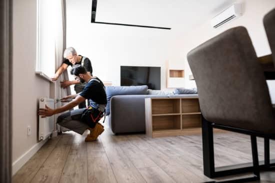 artisans plombier toulon - deux plombiers règlent un radiateur
