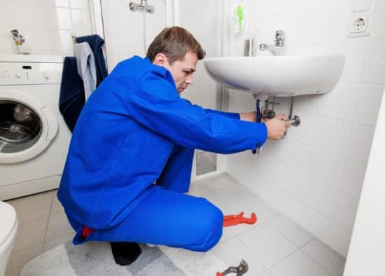 plombier saint etienne - dévissage d'un siphon de robinet