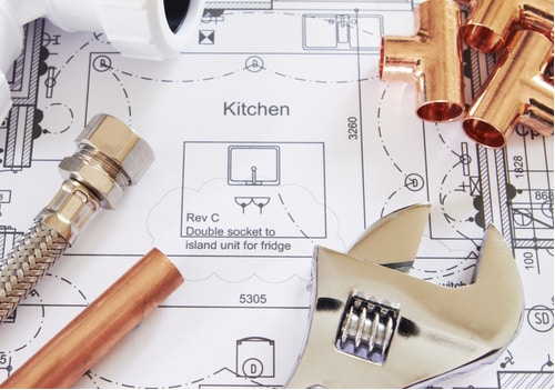 plombier angers - outils de plomberie posés sur un plan