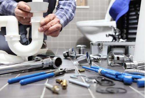 plombier villeurbanne - matériel de plomberie étalé dans une salle de bains