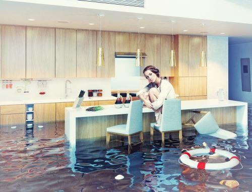 plombier colmar - femme assise sur une chaise dans un salon inondé