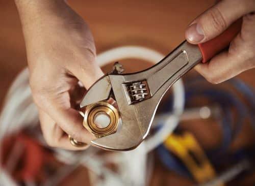 plombier saint nazaire - préparation d'un raccordement