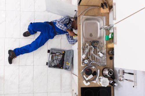 plombier Aigremont - un homme répare un évier