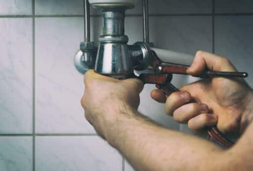 plombier L'étang-la-ville - un artisan dévisse un siphon