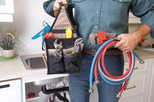plombier Lyon 9 - homme exhibant ses outils de travail