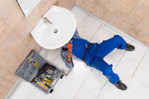 plombier Lyon 4 - homme installant un lavabo