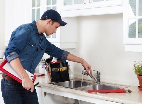 plombier Marnes la coquette - inspection d'un robinet