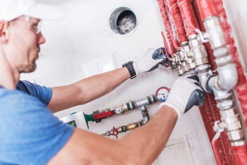 plombier Nancy - un artisan inspecte une nourrice