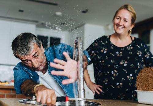plombier Saint Cloud - un artisan essaie de réparer un évier avec peu de succès