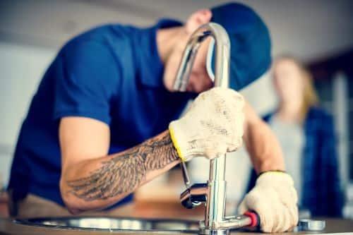 plombier Saint Forget - un artisan resserre un robinet