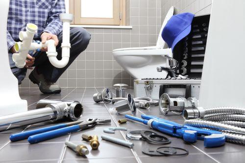 plombier Vaucresson - un artisan plombier installe une salle de bains