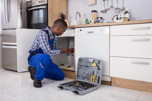 plombier chavenay - un plombier installe les appareils sanitaires d'une cuisine