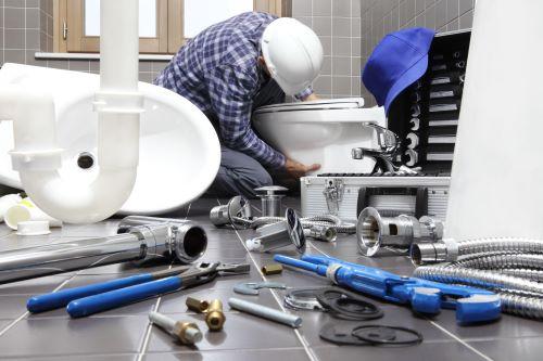 plombier la Rochelle - un artisan installe une nouvelle salle de bains