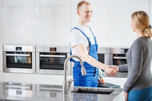 plombier le vésinet - un artisan serre la main d'une cliente
