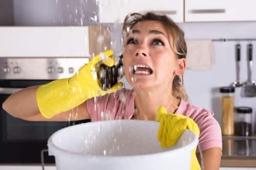 plombier le vésinet - une femme appelle en urgence un artisan plombier