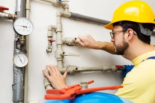 plombier milon la chapelle - un plombier coupe une arrivée d'eau