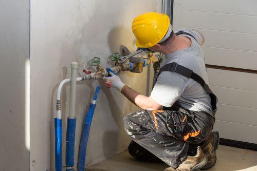 plombier neuilly-sur-seine - un artisan plombier installe une nourrice