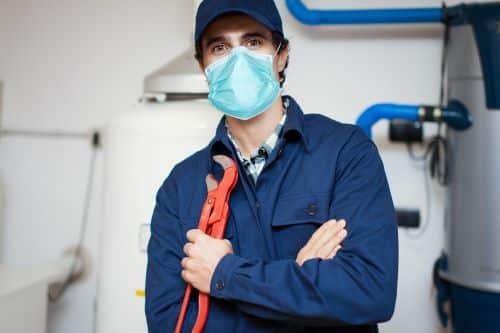 plombier Asnières-sur-Seine - un artisan prend la pose avec son masque et ses outils