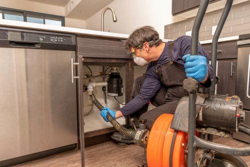 plombier Asnières-sur-Seine - Un plombier utilise son furet électrique