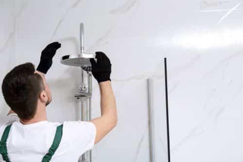 plombier Bazoches-sur-Guyonne - un plombier installe une colonne de douche