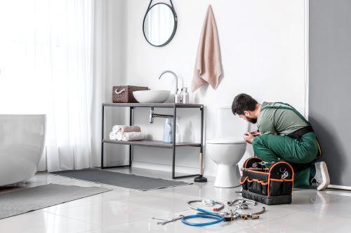 plombier Boulogne-Billancourt - un artisan installe des toilettes