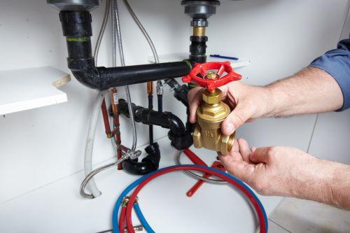 plombier Cergy - un artisan présente une valve