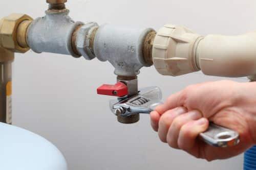 plombier Noisy-le-Grand - un artisan resserre une vanne