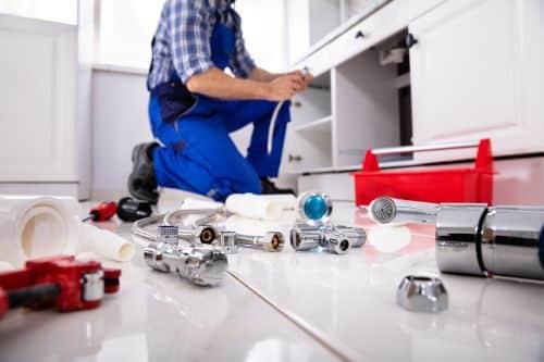 plombier Herbeville - un artisan installe une nouvelle cuisine