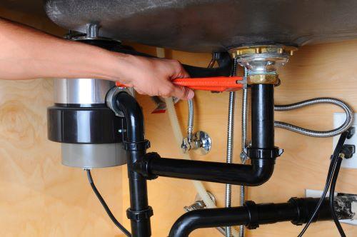 plombier Ivry-sur-Seine - un artisan débouche un évier