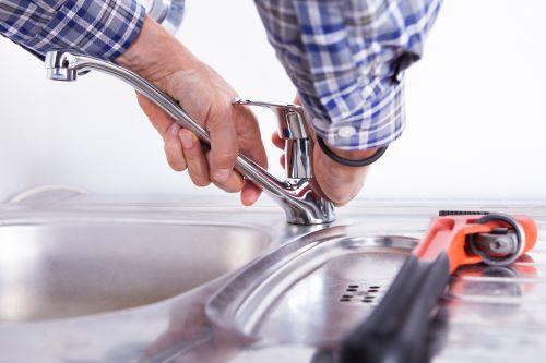 plombier Le Blanc Mesnil - un artisan installe un robinet