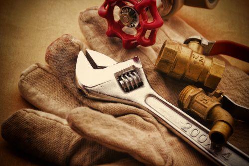 plombier Levallois-Perret - des outils de plomberie sur un gant de plomberie