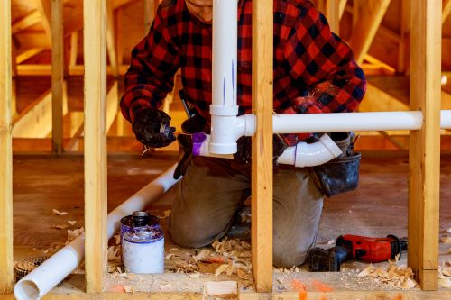 plombier Louveciennes - un artisan prépare une installation de plomberie