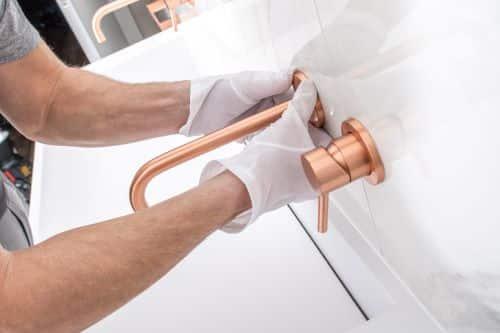 plombier Noisy-le-Roi - un artisan installe un robinet élégant