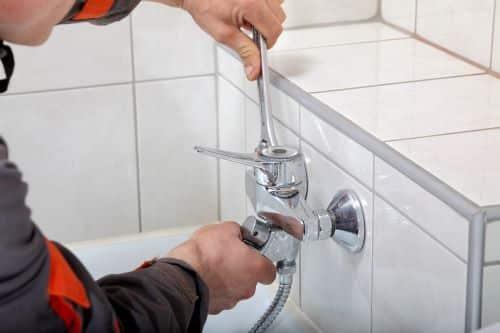 plombier Rueil-Malmaison - un artisan installe une baignoire