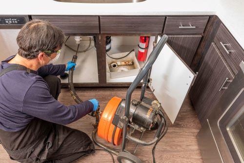 plombier Saint-Denis - un artisan utilise un furet électrique