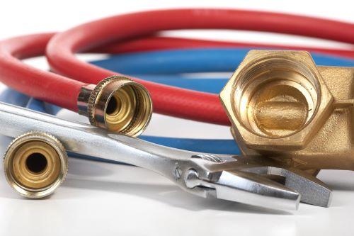 plombier Sarcelles - un ensemble de flexibles rouges et bleus