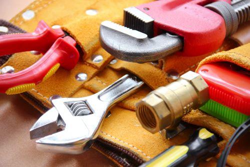 plombier Villejuif - photo d'outils de plombiers dans une ceinture