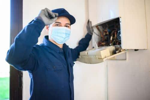 plombier Vitry-sur-Seine - un artisan entretien une chaudière