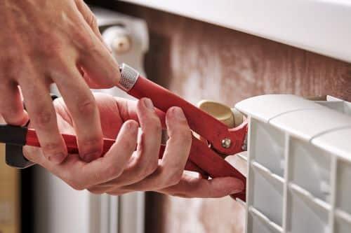 Plombier Arles - Un artisan intervient sur un radiateur.