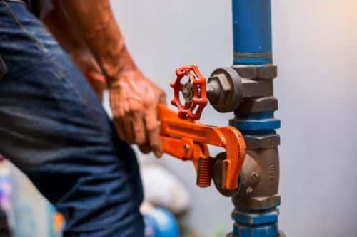 Plombier La-Seyne-sur-Mer - Un plombier manipule une liaison une canalisation
