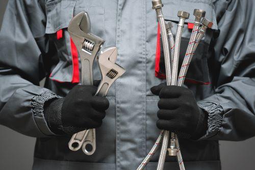 Plombier Montauban - Un artisan plombier avec ses outils de travail.