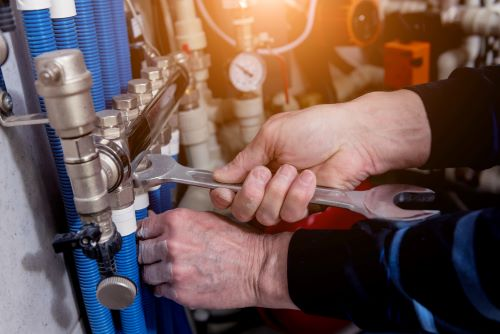 Plombier Saint-Quentin - Un artisan installe un système de chauffage moderne.