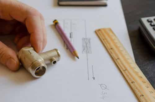 Plombier Vannes - Un plombier réalise ses plans avant une intervention.