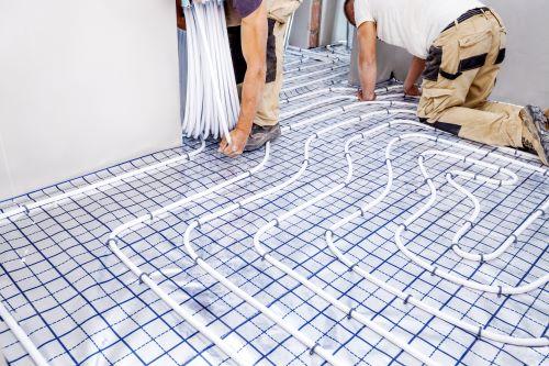 plombier Alfortville - un artisan installe un plancher chauffant