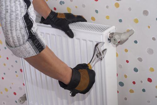 plombier Alfortville - un artisan installe un radiateur