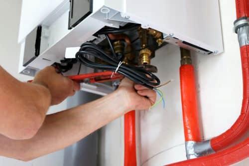 plombier Bagnolet - un plombier chauffagiste installe une chaudière