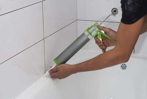 plombier Bobigny - un plombier jointoie une salle de bains
