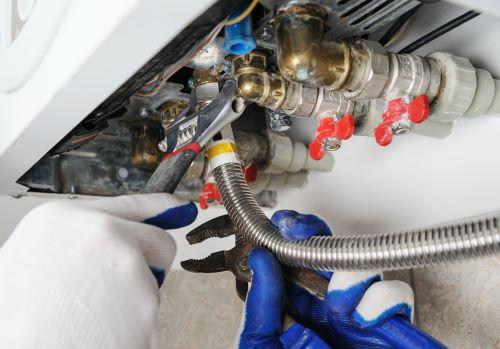 plombier Bobigny - un plombier installe une chaudière
