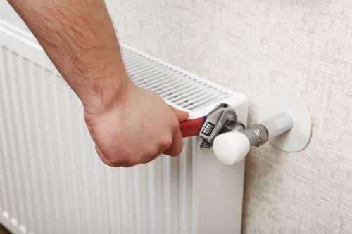 plombier Bondy - un artisan installe un radiateur