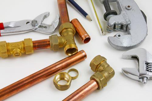 plombier Châtillon - un ensemble de tuyaux en cuivre